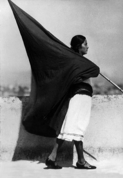 """Revolução Mexicana - """"Mujer con bandera"""", fotografia de Tina Modotti, 1928"""