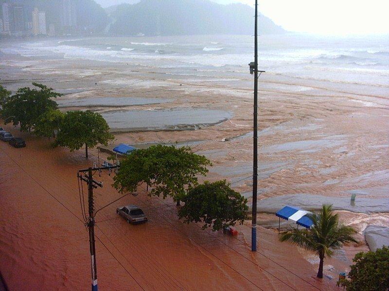 fotografia aérea da devastação causada pelas chuvas em Santa Catarina, em 2008