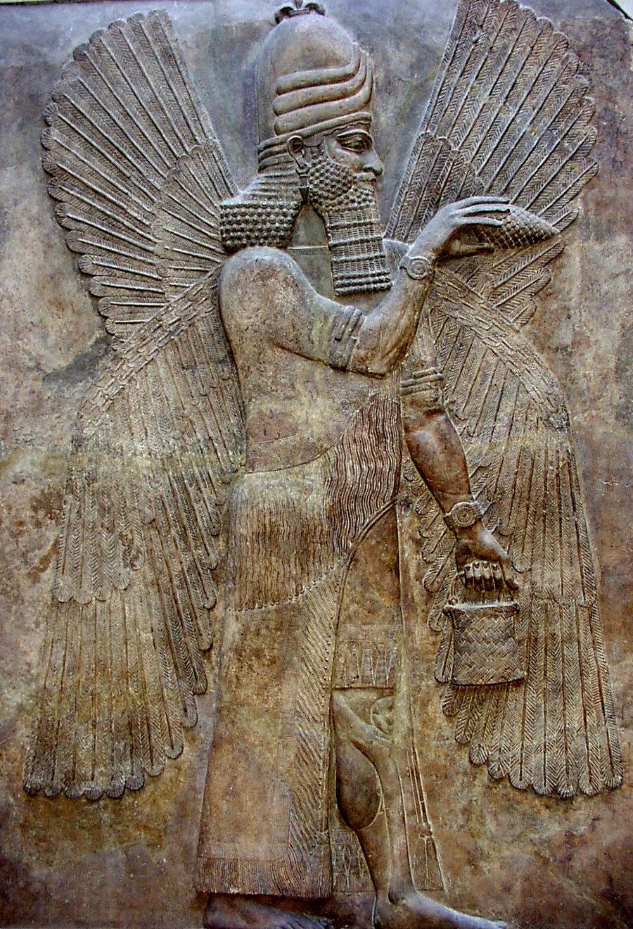 Relevo que representa o deus Marduk, herança babilônica, atualmente no Museu do Louvre.
